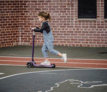 Dziewczynka jedzie na hulajnodze
