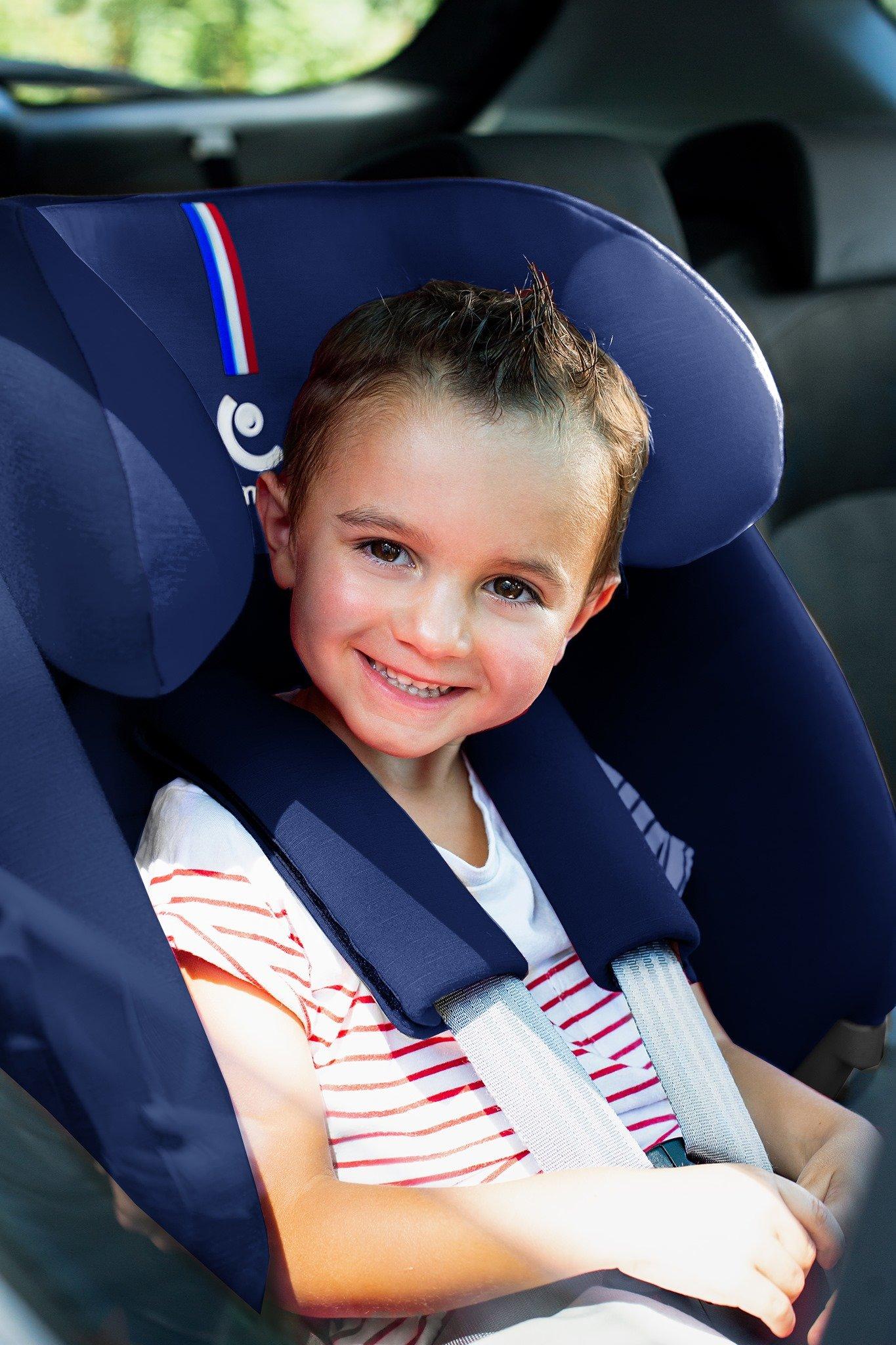 Uśmiechnięte dziecko siedzi w foteliku Renolux Olymp