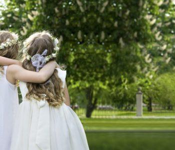 Dziewczynki ubrane do Pierwszej Komunii Świętej