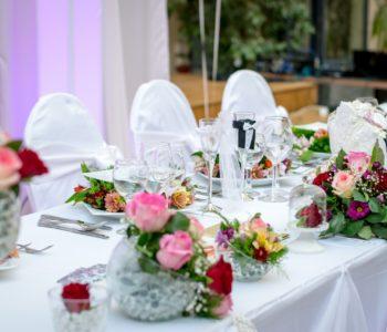 udekorowane stoły w restauracji