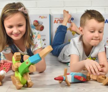 dziewczynka i chłopiec bawią sie zabawkami MalBloEco
