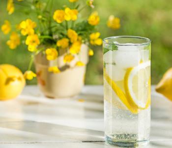 szklanka z lemoniadą z lodem