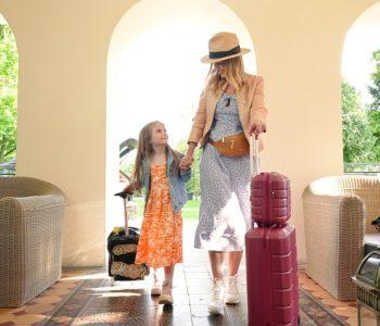 mama z cóką z torbami podróżnymi