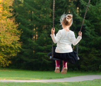dziewczynka bujająca się na huśtawce