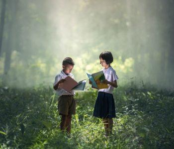 dziewczynka i chłopiec trzymają książki w eku
