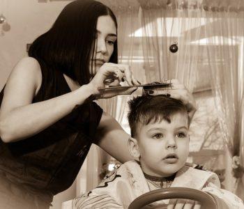fryzjerka strzyże chłopca