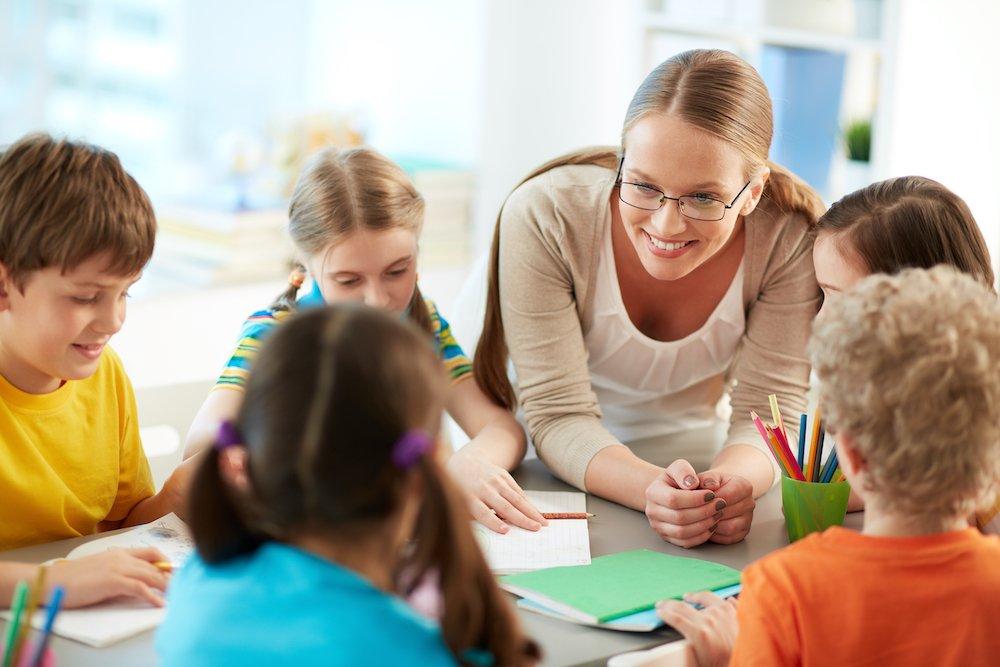 nauczycielka z dziećmi