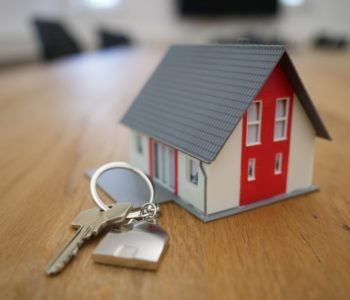 klucze i zabawkowy domek