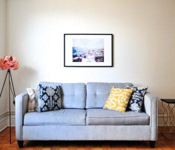 pokój z obrazem na ścianie i kanapą