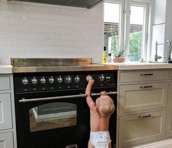 bobas z pieluszce stoi przy kuchence