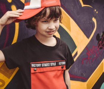 chłopirec w czapce i bluzce firmy Mayoral