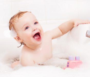 uśmiechnięty niemowlak w kąpieli w pianie