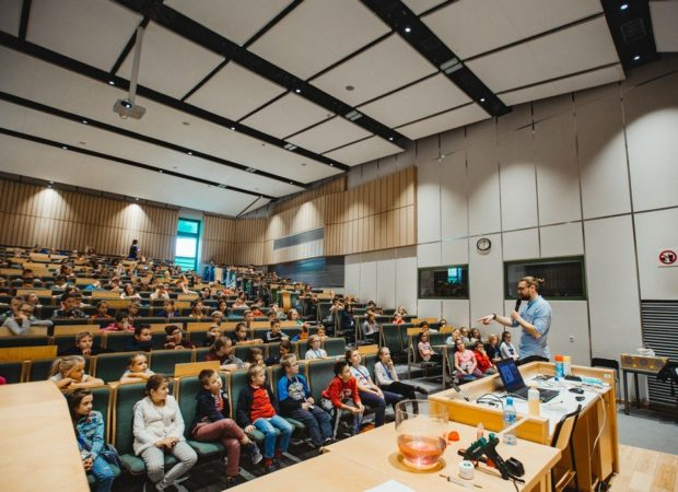 dzieci słuchają wykładowcy