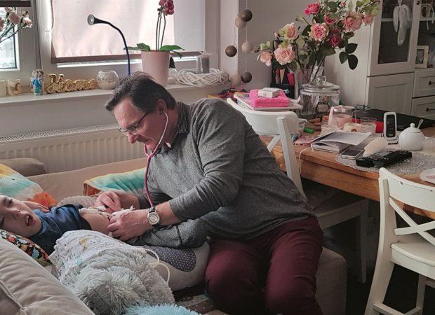 lekarz przy łóżku chorego dziecka