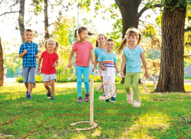 Dzieci bawiące się na dworzu