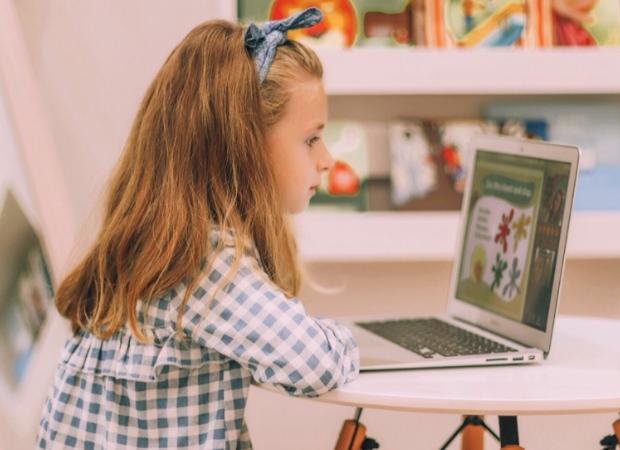 dziewczynka przy komputerze