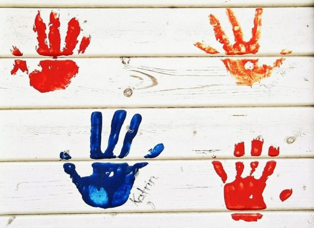 Odciski rąk zrobione farbami