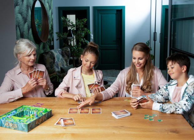 Rodzina gra w grę Dixit