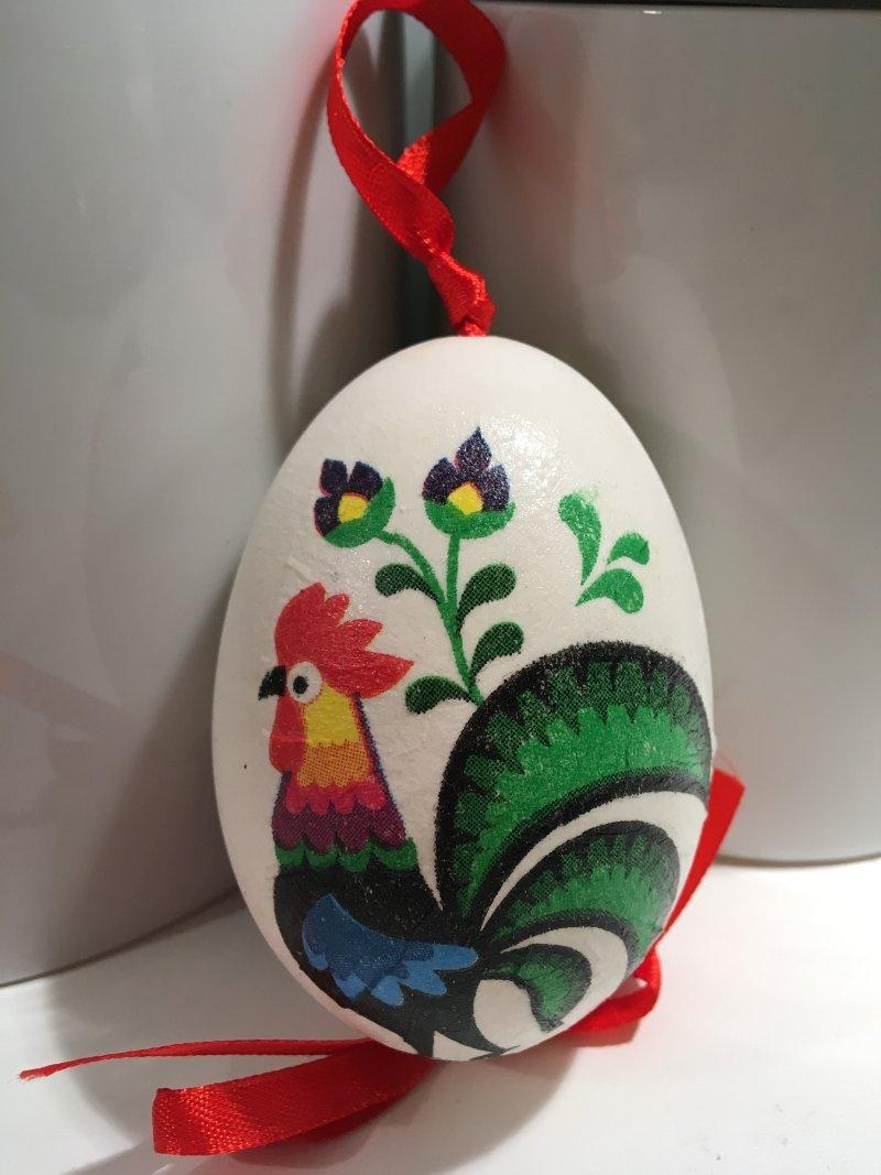 Kolorowy kurak na jajku