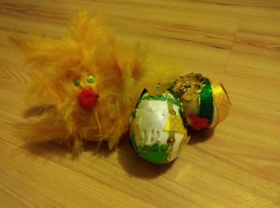 wielkanocny kurczak w towarzystwie pisanek