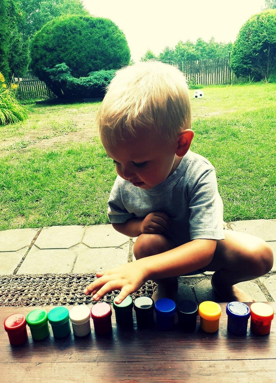 Mały chłopczyk i farb spółka :)