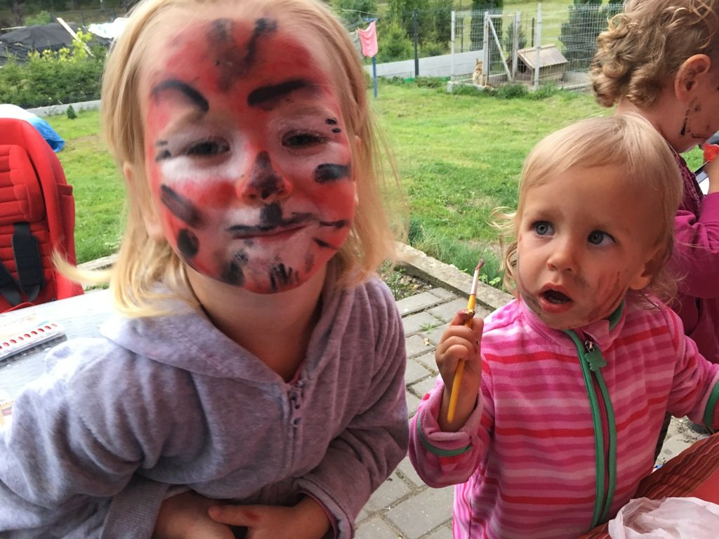 Magda sama pomalowała sobie twarz