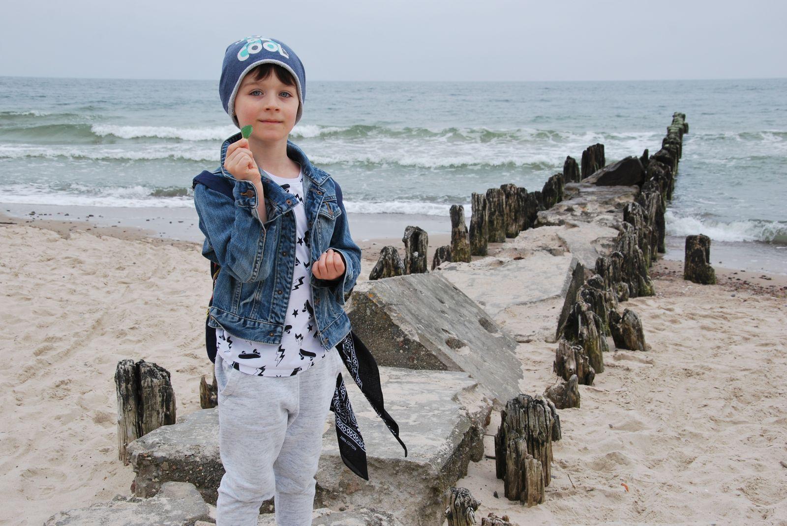 Cyprianek znalazł na plaży zielone morskie szkiełko. Zaintrygowany znaleziskiem odkrył legendę, która mówi, że kiedy tonie statek i giną marynarze, syreny zaczynają płakać, a ich łzy zostają wyrzucane przez fale na brzeg właśnie w takiej postaci.