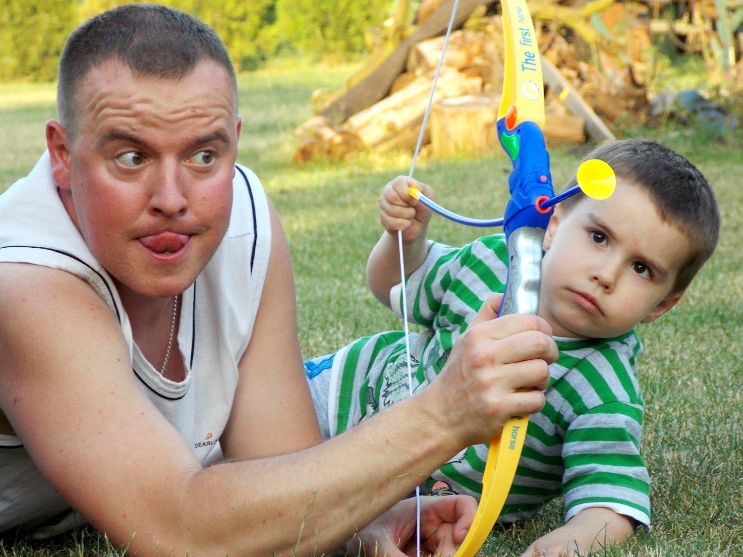 Tata z synem na polowaniu na zabawki ogrodowe :)